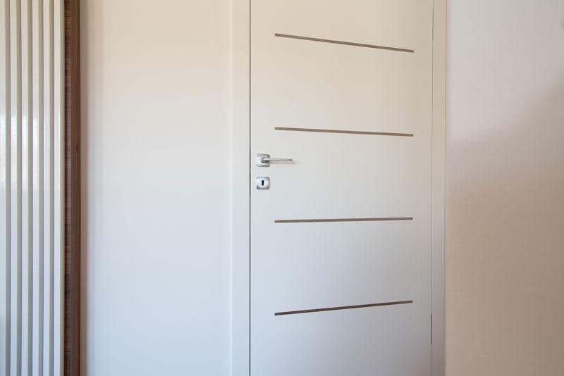 Notranja-vrata-s-skritimi-nasadili-in-inox-vstavki