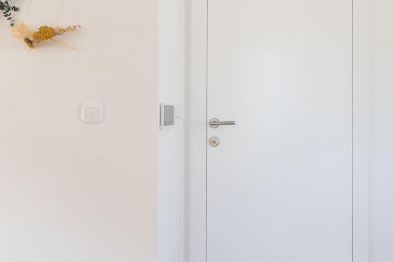 Notranja-vrata-odpiranje-v-podboj---poravnanost-krila-na-strani-hodnika