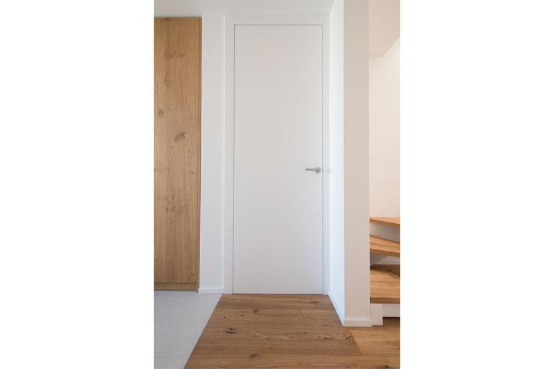 Notranja-vrata-poravnana-na-strani-hodnika