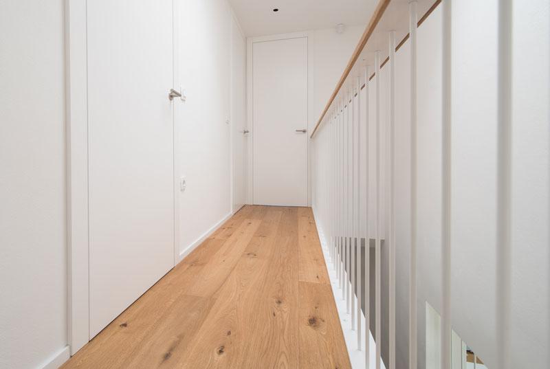 Notranja-vrata-poravnana-s-strani-hodnika-visoka-do-stropa
