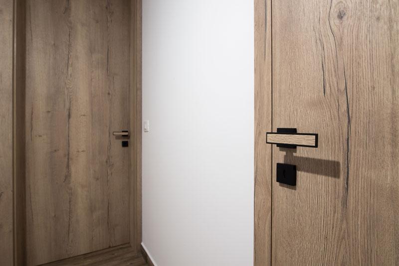 Notranja-vrata-s-črno-kljuko